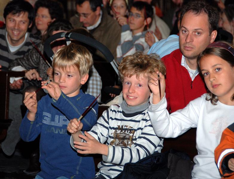 """se repartieron """" batutas"""" para los niños pudieran """"dirigir"""" la última interpretación de la organista"""